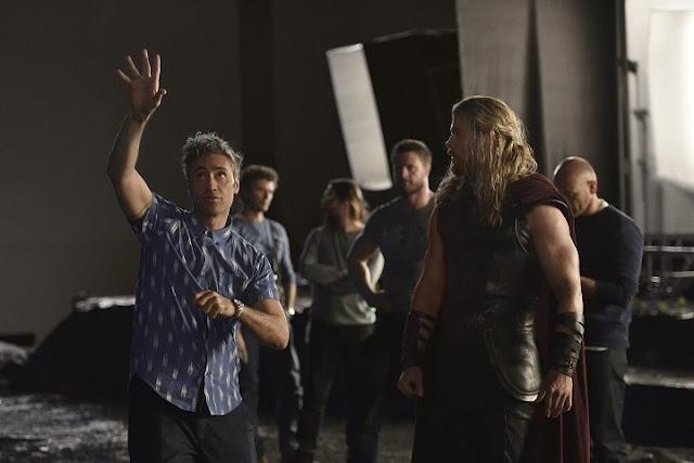 Taika Waititi durante el rodaje de Thor: Ragnarok