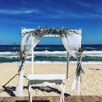 simple idea for a  wedding arch on the beach #wedding #love #weddingarch #weddingonthebeach