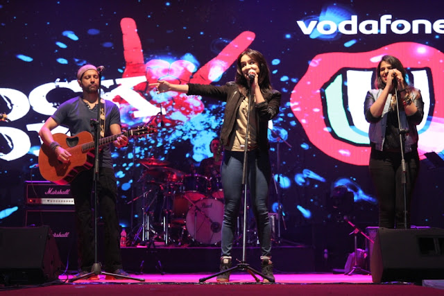 Photo Cap. shraddha kapoor and Farhan Akhtar performing in Vodafone U Rock On 2  Concert at Ramjas College (2)