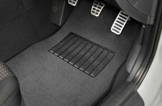 Trik Mudah Bersihkan Bagian Karpet Mobil yang Sering Kotor