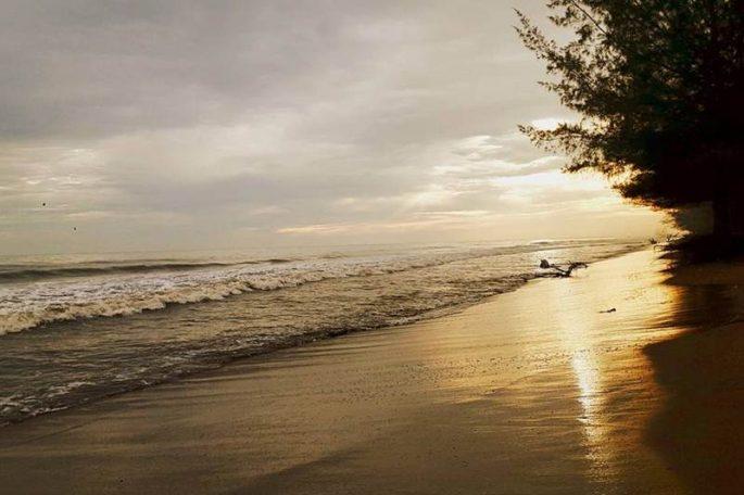 Wisata Pantai Pasir Jambak, Spot Terbaik Nikmati Keindahan Sunset di Kota Padang