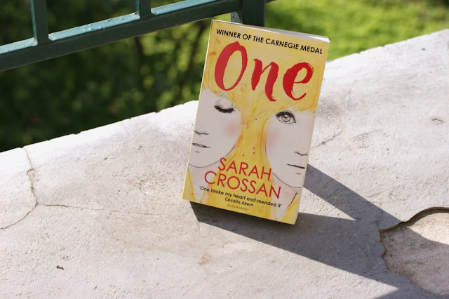 One von Sarah Crossan www.nanawhatelse.at