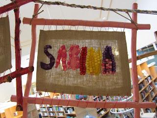 namntavlor tillverkade av elever i samarbete mellan textil och träslöjd och bild
