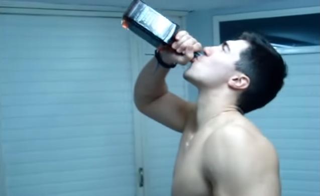 ΒΙΝΤΕΟ - ΝΤΟΚΟΥΜΕΝΤΟ: Ο κλαρινογαμπρός πίνει ένα μπουκάλι ουίσκι μονορούφι και καταρρέει!