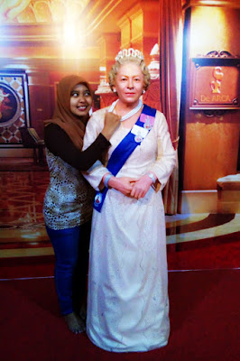 Hijaber Cantik Dinna Dea Anggaraeni mencuri perhiasan di museum