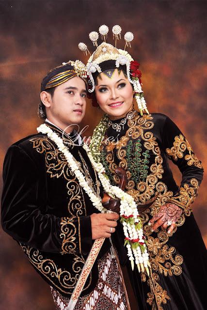 Pengantin dengan konsep pernikahan adat jawa muslim hijab dan paes