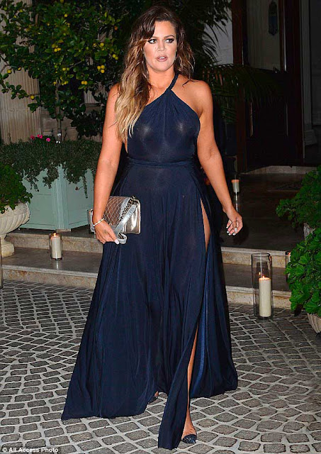 Klhoe Kardashian com vestido azul