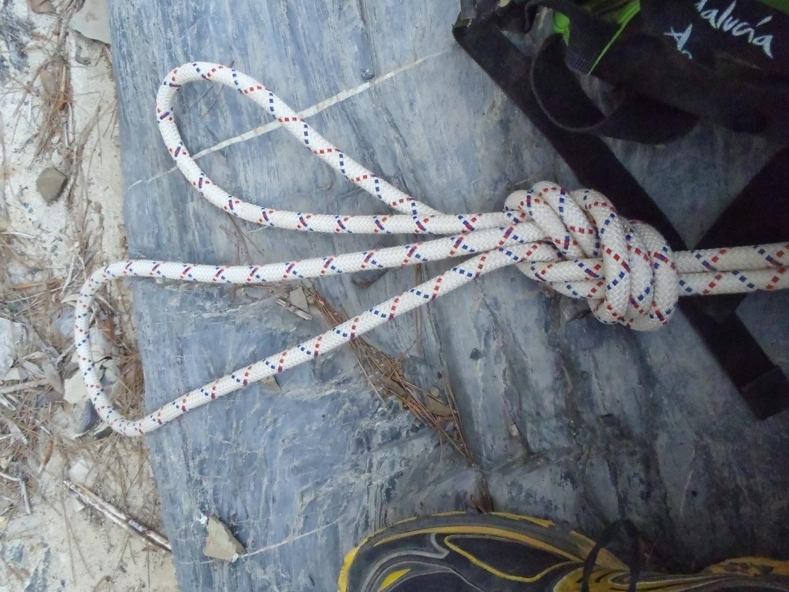 Pasamanos de cuerda junto a esta escalera de acero negro - Pasamanos de cuerda ...