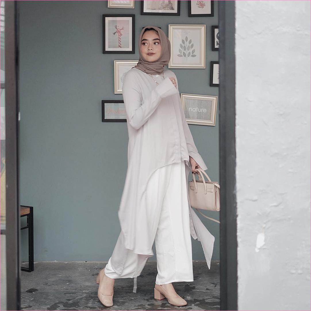 Outfit Untuk Remaja Berhijab Yang Mempunyai Tubuh Pendek Tapi Mau Kelihatan Tinggi blouse tunic abu muda celana cullotes putih hijab pashmina rawis krem tua slingbags wedges high heels krem muda ootd outfit trendy 2018 selebgram