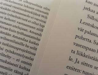 Erilainen pistekoko ja riviväli kahden kirjan sivulla.