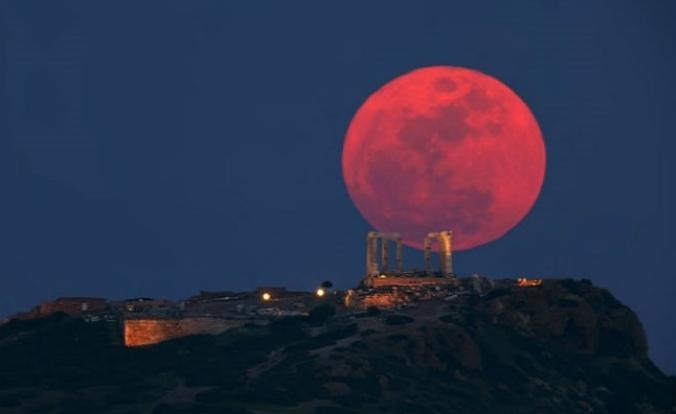 Con chi vuoi vedere (o sentire) l'Eclissi più lunga del secolo del 27 luglio 2018?