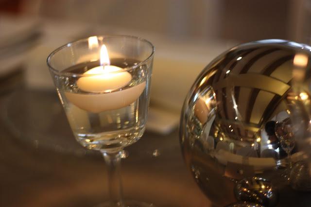 Kerzen - Elegante puristische Hochzeit in Creme und Silbergrau, Mann und Frau, im Riessersee Hotel Garmisch-Partenkirchen, heiraten in Bayern, wedding in grey and ivory in Germany