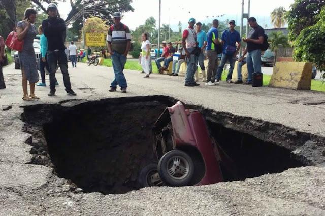 Vehículo es tragado por un hueco de la vía en Aragua
