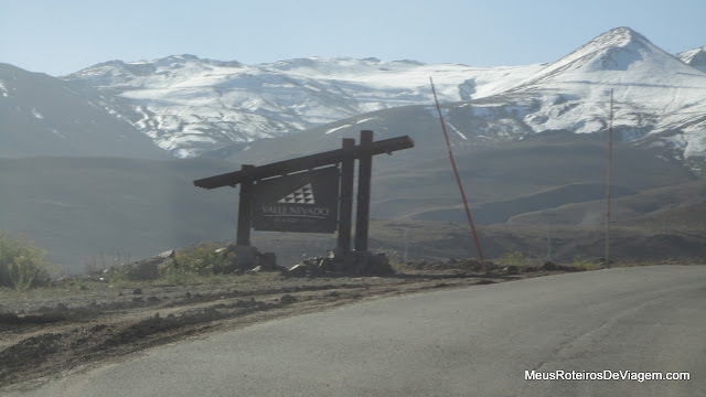 Placa na chegada do Valle Nevado