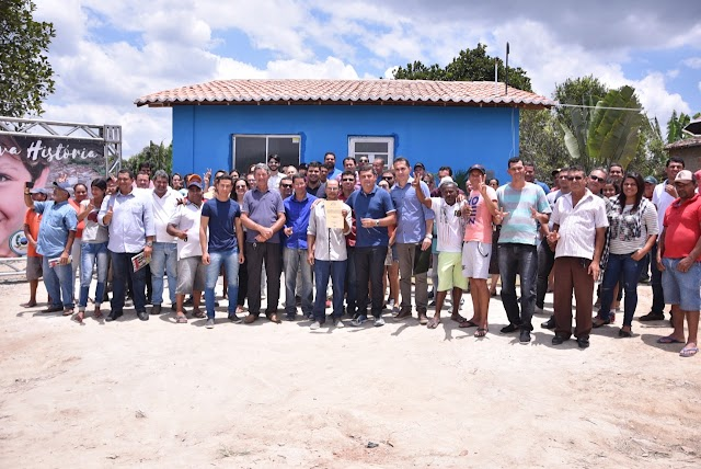 Prefeito Diogo Alexandre faz a entrega da primeira casa do projeto habitacional da zona rural