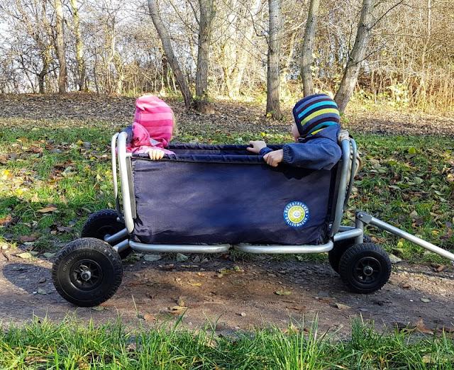Damit der Weg nach Hause wieder einfach wird: Etwas Schönes nach dem Kindergarten zusammen unternehmen. Das Abholen mit dem Bollerwagen macht den Kids Spaß!