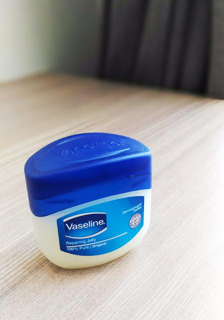 [Review] Vaseline Repairing Jelly untuk Bibir dan Telapak Kaki yang Kering dan Pecah-Pecah