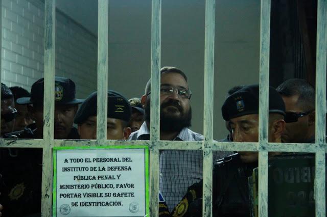 Al grito de ¡Mexicanos acábenlo, acábenlo! reos despiden a Duarte de Guatemala.
