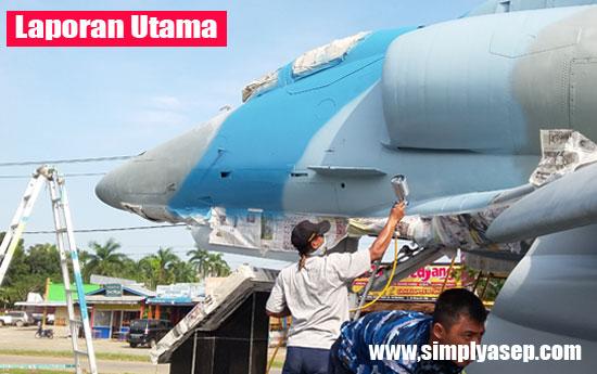 DICAT KEMBALI : Pesawat A4 Skyhawk legendaris milik TNI AU Lanud Supadio yang dijadikan tugu di Taman Dirgantara dicat kembali (26/9).  Foto Asep Haryono