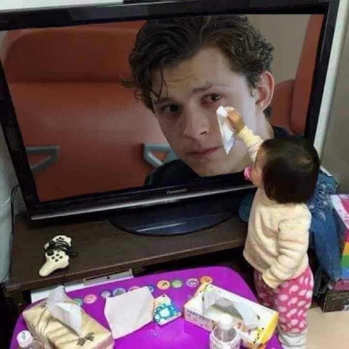 A kind little girl wiping Peter's tears away :「アベンジャーズ : エンドゲーム」の戦いで、師と仰ぐアイアンマンのスタークさんを失った悲しみに暮れるスパイダーマンのピーターの涙を拭いてあげる優しい女の子😄