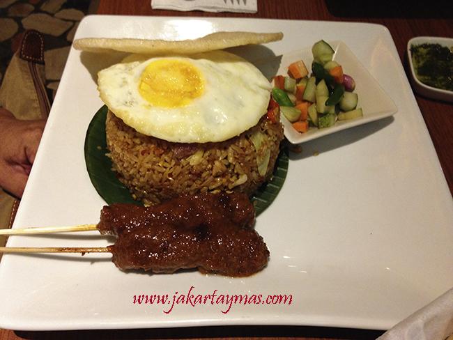 Nasi goreng con brochetas de carne (sate)