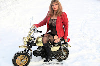 Honda Monkey, lumi, snow, kissapuku, sexy cat suit, nahkatakki, leather jacket, korkosaappaat, high heel boots, isot rinnat, big tits