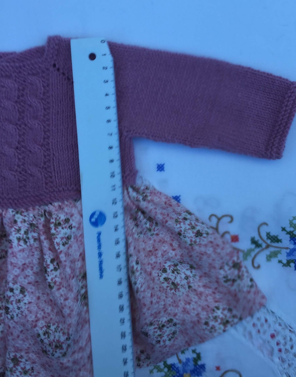 717b6fcb5 cosemos el body al cuerpo a la altura de la cintura por el interior del  vestido.