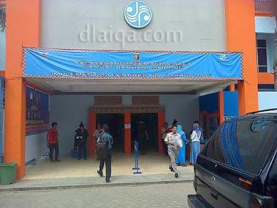 pintu masuk-keluar gedung utama
