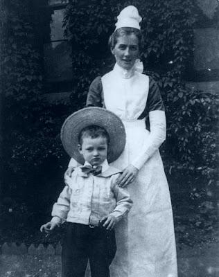 Edith Cavell avec un jeune enfant