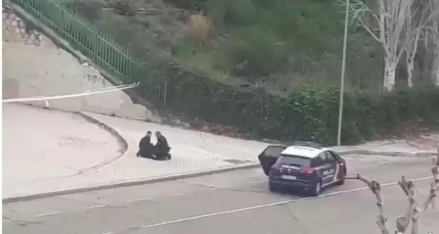 Βίντεο: Η στιγμή που η αστυνομία της Ισπανίας συλλαμβάνει γυναίκα που έτρεχε !!
