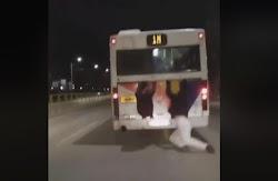 Ένα απίστευτο περιστατικό σημειώθηκε σε λεωφορείο του ΟΑΣΘ.  Όπως φαίνεται σε σχετικό βίντεο, δύο νεαροί, επέλεξαν έναν διαφορετικό και συν...