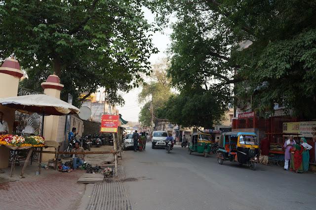 Jalan menuju di Tulsi Manas Mandir