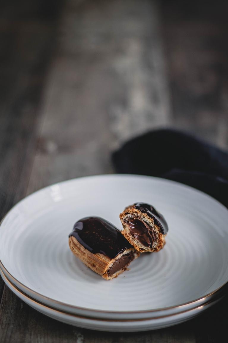 Angeschnittenes Eclair mit Schokoladenfüllung