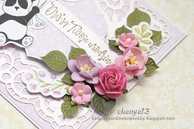 kartka ozdobiona delikatnymi kwiatkami