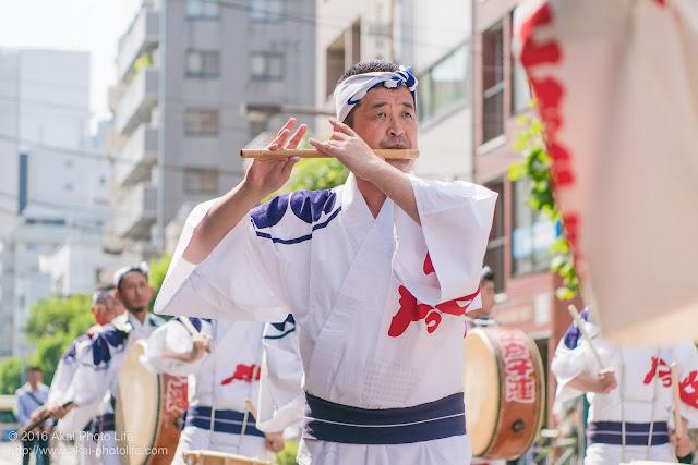 江戸っ子連、マロニエ祭り、心浮く素敵な鳴り物を奏でる男性の笛の奏者