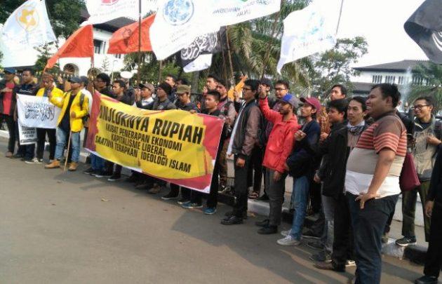 Demo Rupiah Anjlok, Mahasiswa Bandung Nilai Pemerintah Tidak Becus