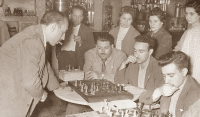 Jaume Lladó Lumbera dando unas simultáneas de ajedrez en 1955