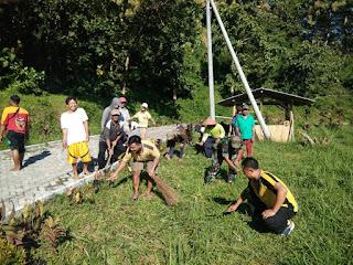 Babinsa Condro Bersama Perangkat Desa dan Warga Bersihkan Areal Wisata