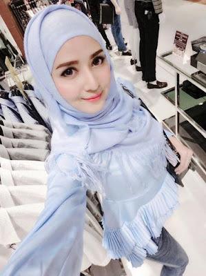 Reista Model selfi e dari Atas hampir Jilbob model cantik ini suka belanja jilbab di Mall harga hijab terbaru