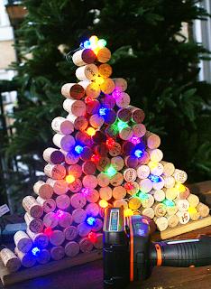 arbol de navidad con corchos reciclados y lucesitas de colores