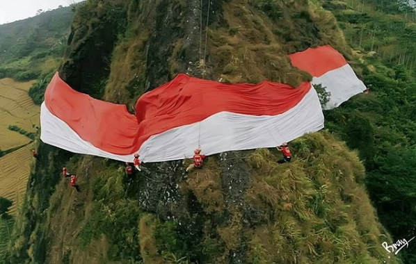 pengibaran bendera merah putih di batu tumpang