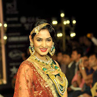 Sonal Chauhan Sizzling walks for Deepti Amisha at IIJW 2012