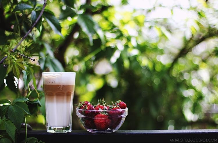 truskawki, caffe latte, bokeh, canon 50mm 1.4, bokeh canon 50mm 1.4, food photography, fotografia kulinarna, fotograf łomianki