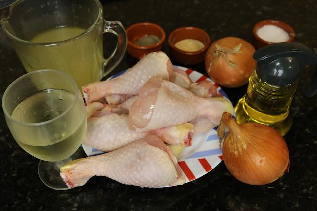 Ingredientes para muslos de pollo encebollados