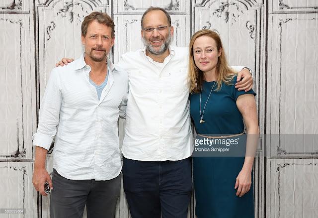 Greg Kinnear et Jennifer Ehle autour du réalisateur Ira Sachs