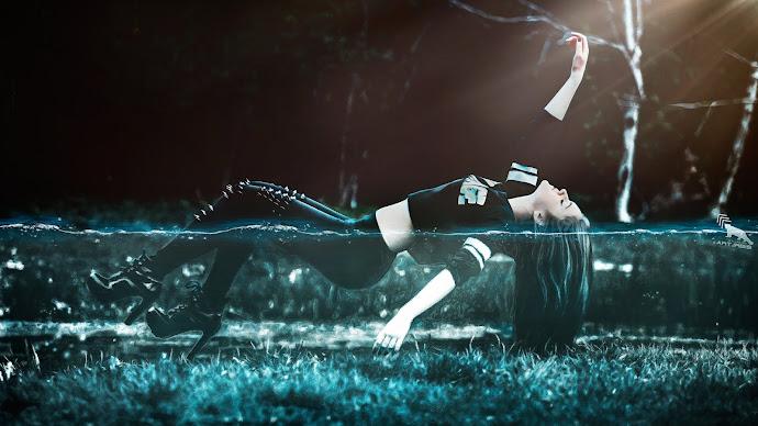 Wallpaper: Girl Floating in Water
