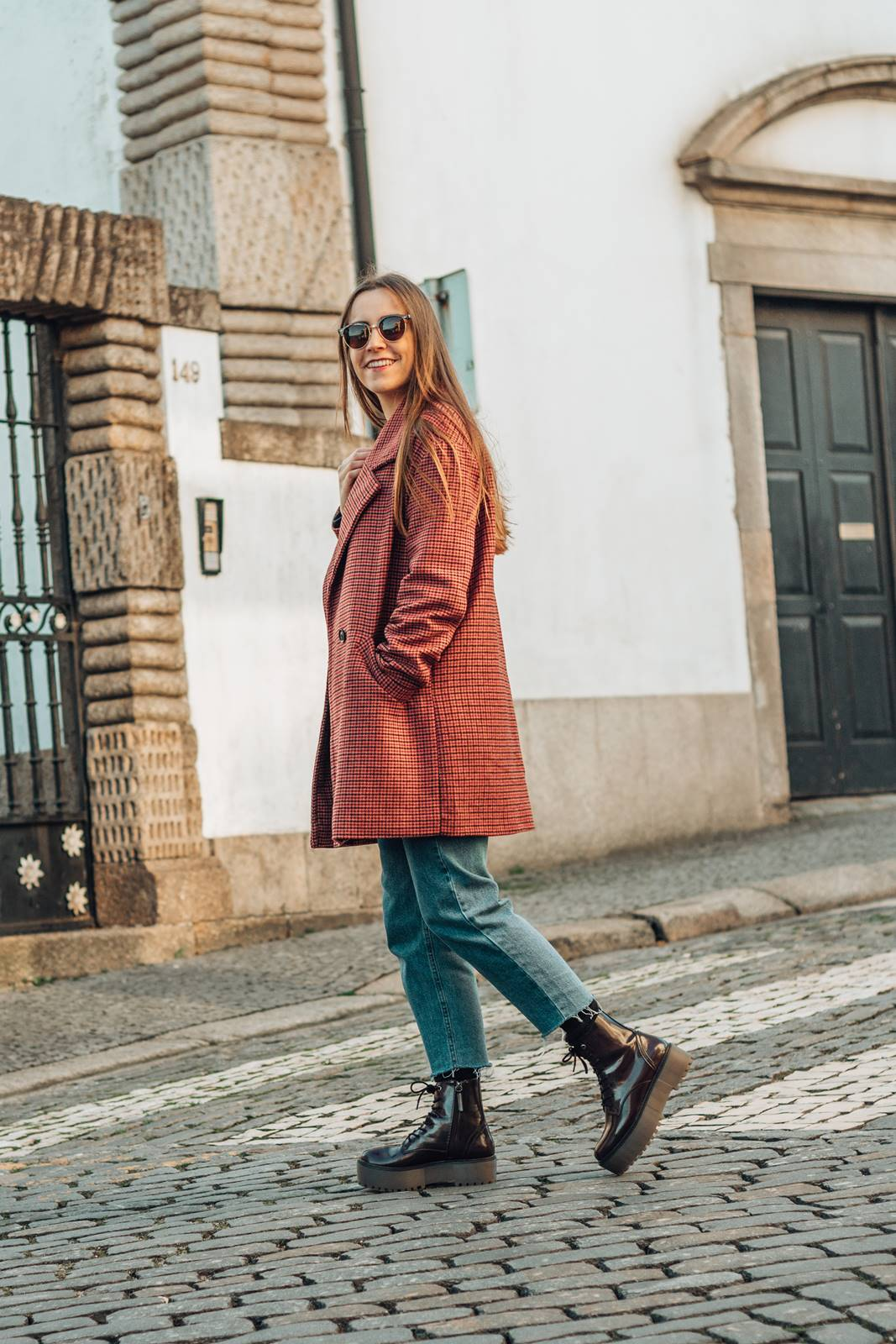 look inverno mom jeans plaid coat botas plataforma