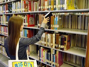 Fotografía de unas estanterías en una biblioteca