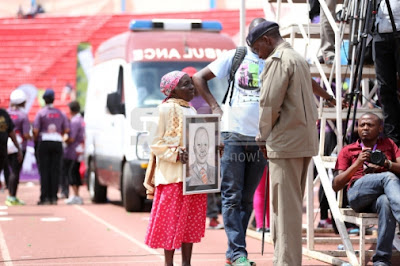 Old Woman Blocked By Security Officers As She Tried To Deliver Gifts To President Uhuru Kenyatta (Photos)