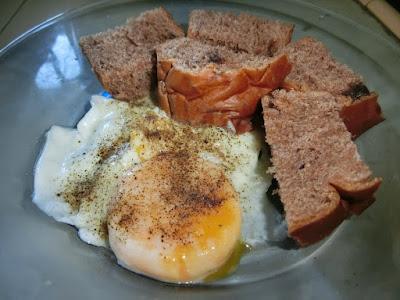 Makanan orang diet , telur carak dan sedikit loaf yang mengenyangkan